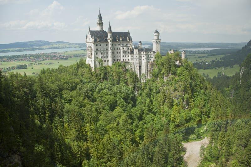 Château de Neuschwanstein avec le paysage d'arc-en-ciel photos libres de droits