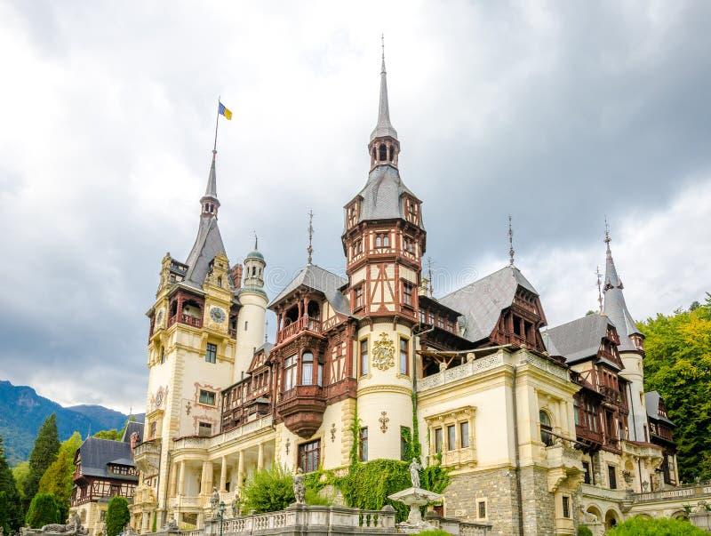 Château de Peles dans les montagnes carpathiennes photographie stock libre de droits