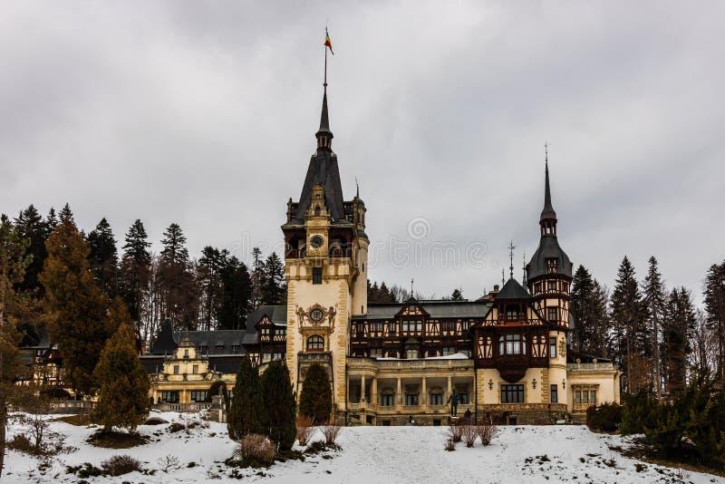 Château de Peles dans un jour nuageux de l'hiver, le château royal le plus célèbre de la Roumanie, point de repère roumain image stock