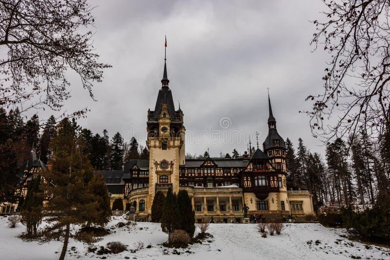 Château de Peles dans un jour nuageux de l'hiver, le château royal le plus célèbre de la Roumanie, point de repère roumain images libres de droits