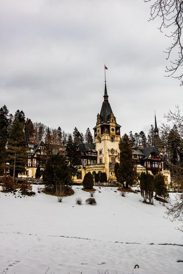 Château de Peles dans un jour nuageux de l'hiver, le château royal le plus célèbre de la Roumanie, point de repère roumain image libre de droits