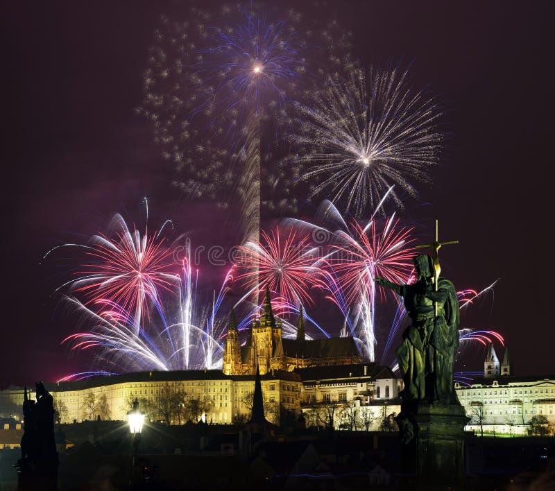 Château de Prague et feux d'artifice photos stock