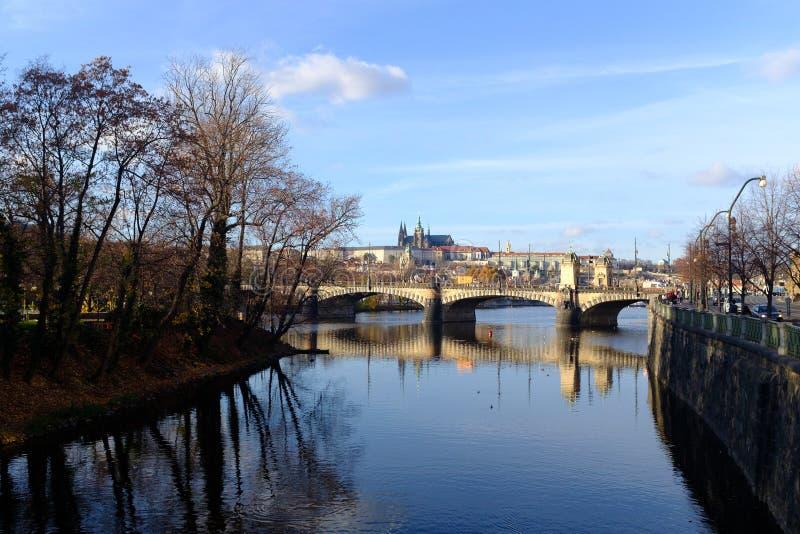 Château de Prague vu à travers la rivière photo stock