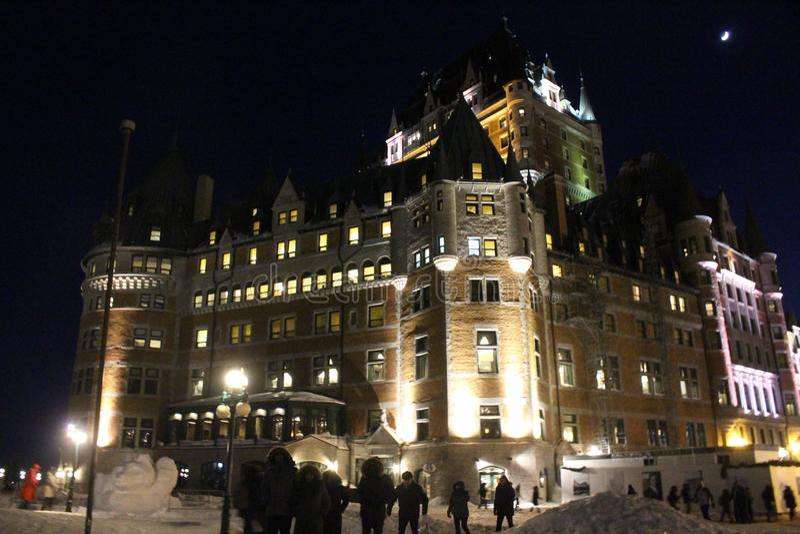Château de Québec, illuminé par nuit en hiver avec la neige photo libre de droits
