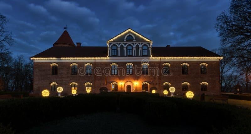Château de Raudondvaris à la vue Lithuanie de nuit de Noël image libre de droits