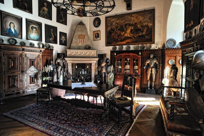 Château de Reichenstein. Vieux meubles dans la chambre photographie stock