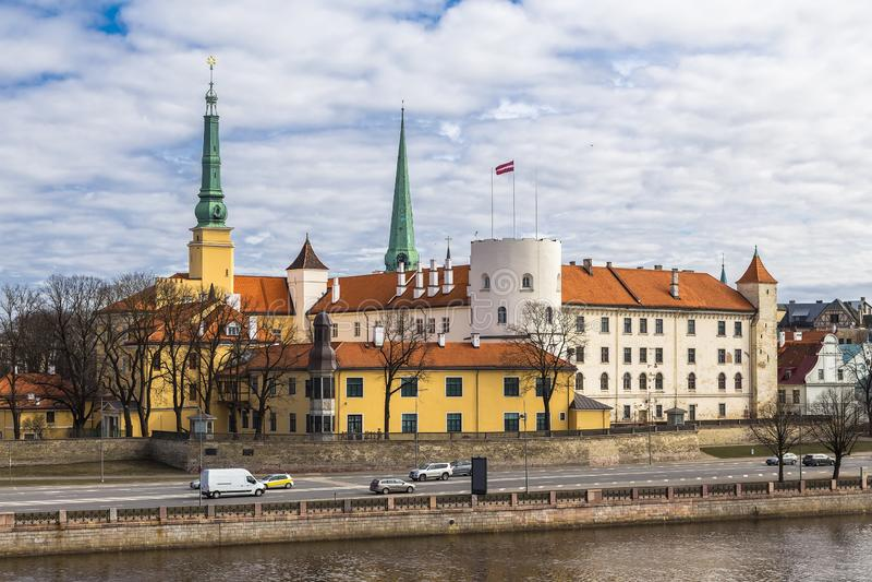 Ch?teau de Riga sur les banques de la rivi?re de dvina occidentale images libres de droits