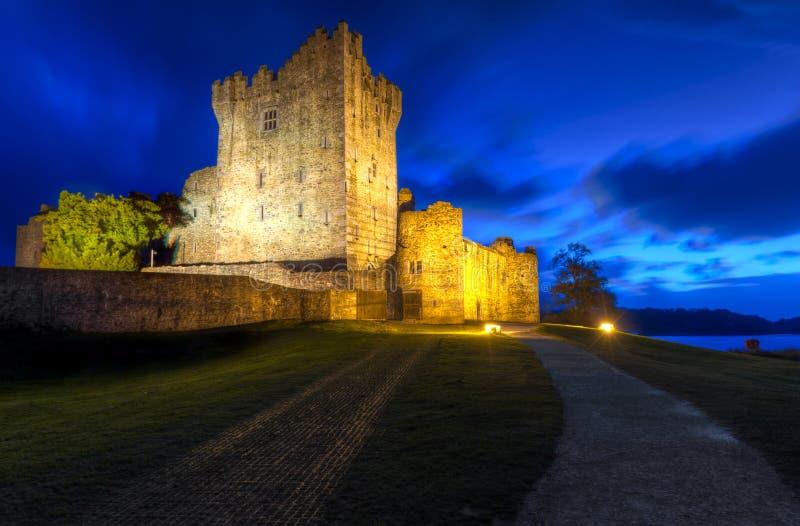 Château de Ross de XVème siècle la nuit images libres de droits
