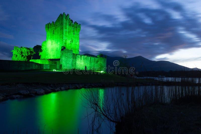 Château de Ross la nuit. Killarney. Irlande image stock