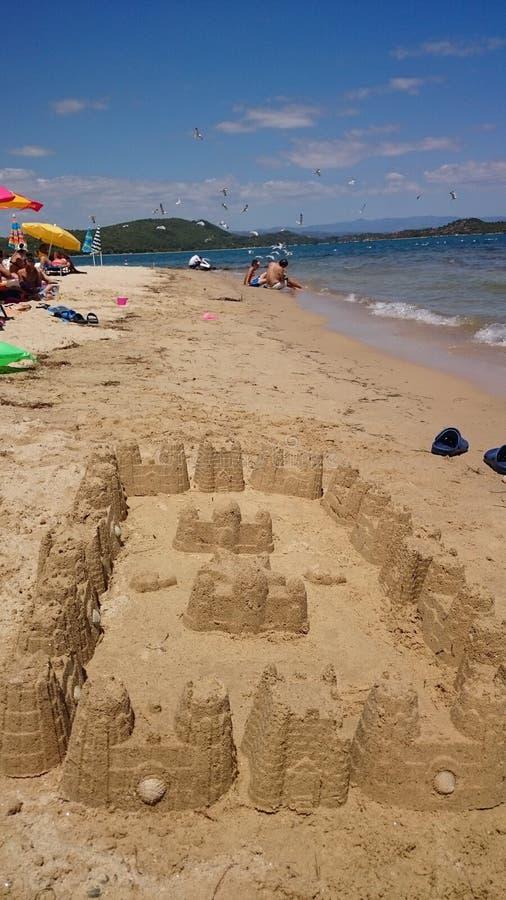 Château de sable avec la vue de plage photo stock
