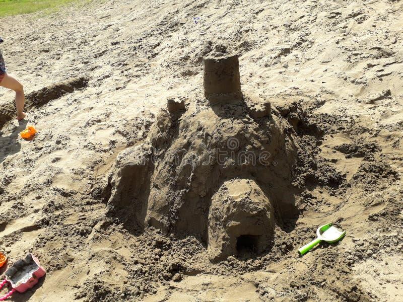 Château de sable fait par des enfants en été image libre de droits