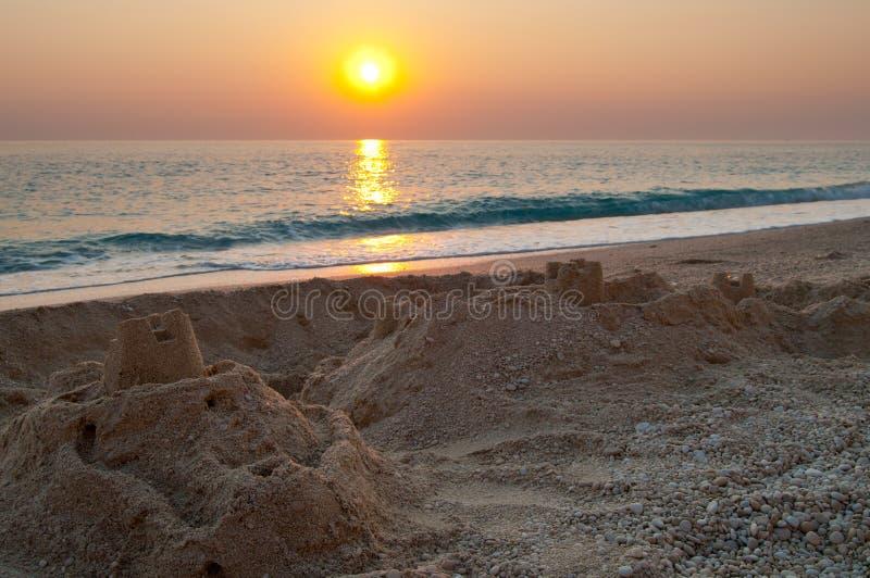 Château de sable pendant le coucher du soleil image stock