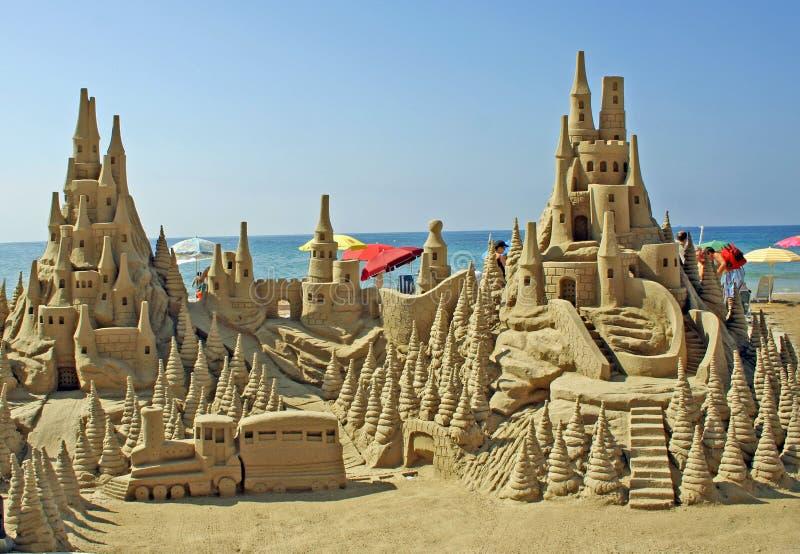 Château de sable sur la plage image libre de droits