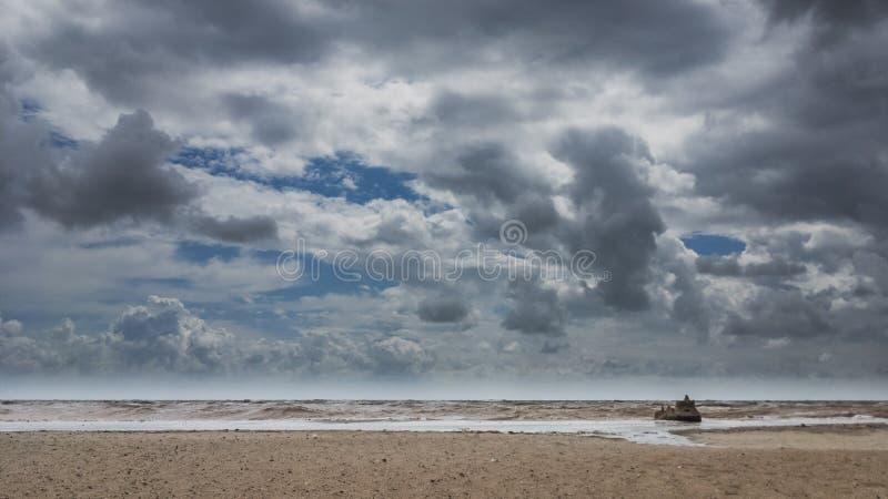 Château de sable sur une plage nuageuse photo libre de droits