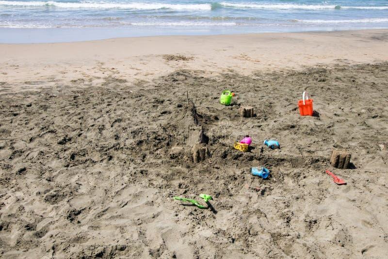 Château de Sandy sur la plage en construction image stock