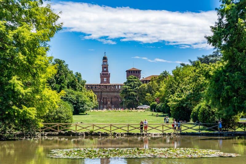 Château de Sforza, vue de parc de Sempione, Milan, Italie image stock