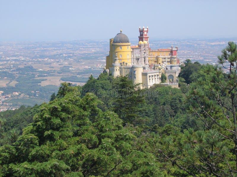 Château de Sintra dans le dessus à une colline avec une forêt d'arbres autour et après tout les champs portugal image stock