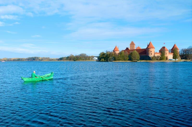 Château de Trakai avec le lac et le bateau photographie stock