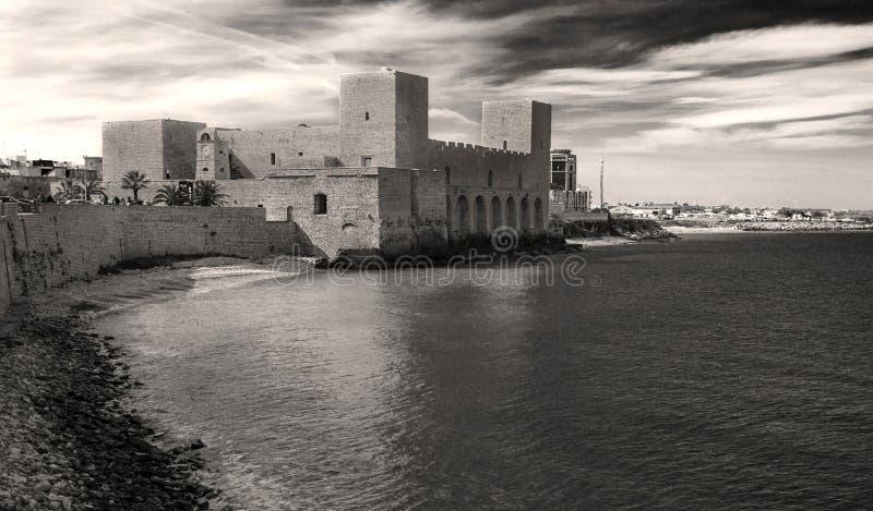 Château de Trani sur la mer photographie stock