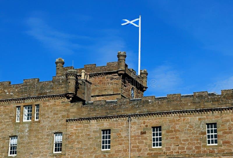 Château Ecosse de Culzean avec le drapeau écossais photos stock