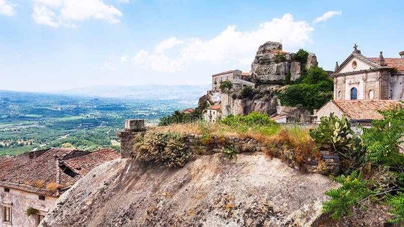 Château et basilique en ville de Castiglione di Sicilia photo stock