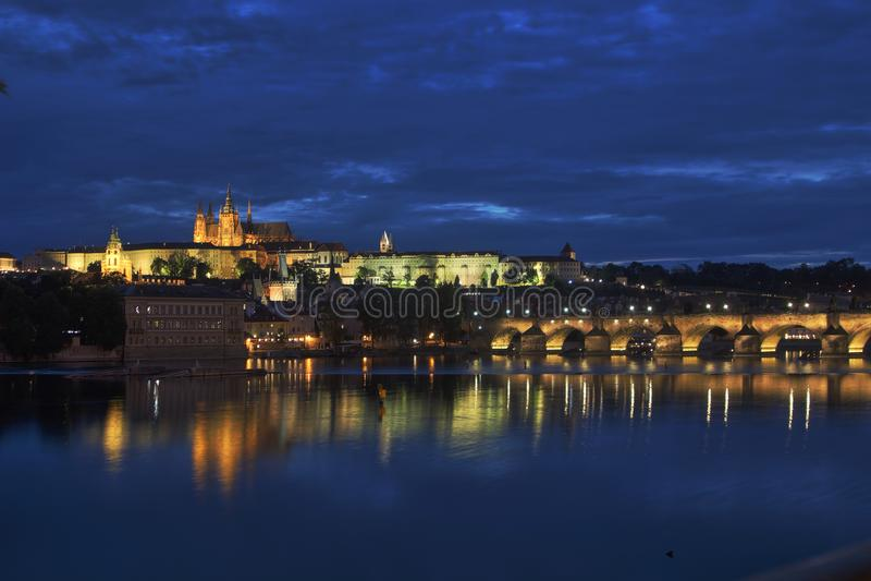 Château et Charles Bridge de Prague la nuit image stock