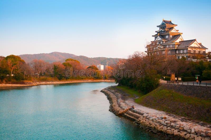 Château et rivière d'Okayama en automne tôt photos stock