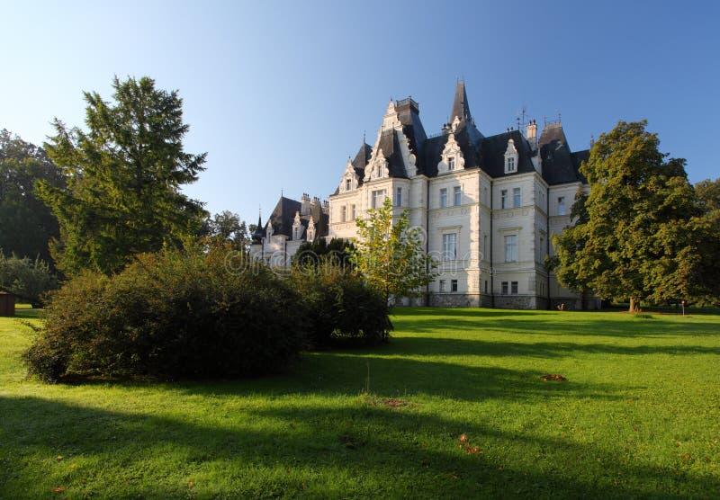 Château et stationnement dans Budmerice photos libres de droits