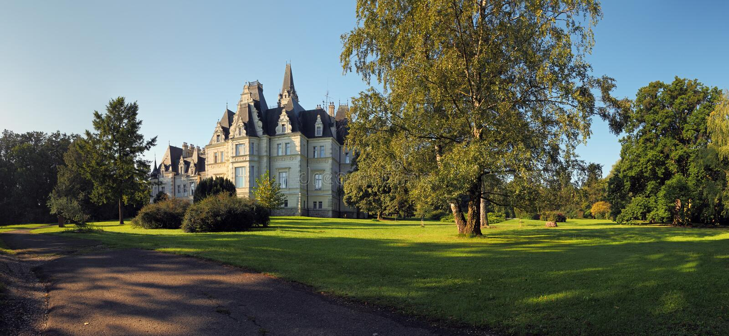Château et stationnement dans Budmerice images stock