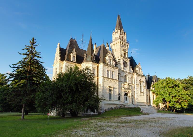 Château et stationnement dans Budmerice photos stock