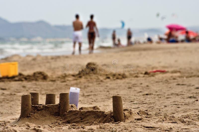 Château et touristes de sable sur la plage espagnole photo libre de droits