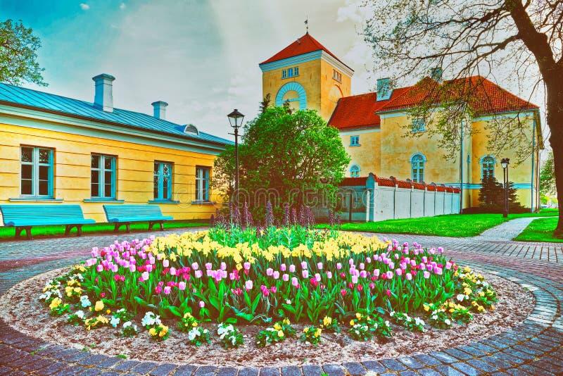 Château et tulipes de Ventspils dans le parterre dans la vieille ville en Lettonie, l'Europe Le château a été construit par l'ord image libre de droits