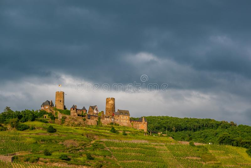 Château et vignobles de Thurant au-dessus de rivière de la Moselle près d'Alken, Allemagne photos stock
