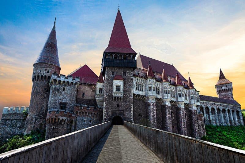 Château européen médiéval avec le coucher du soleil rétro-éclairé photos stock