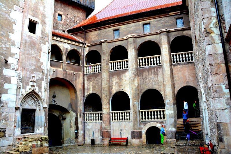 Château intérieur de Hunedoara, appelé le château de Corvin dans Transilvania photos stock