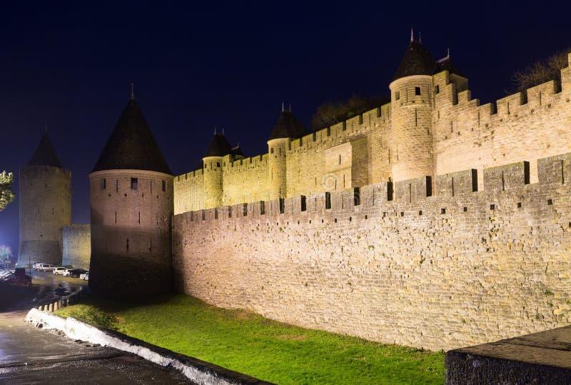 Château médiéval à Carcassonne dans la nuit photo libre de droits
