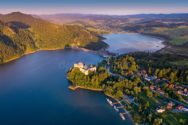 Château médiéval dans Niedzica par le lac Czorsztyn photo libre de droits