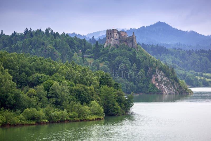 Château médiéval de Czorsztyn au lac images libres de droits