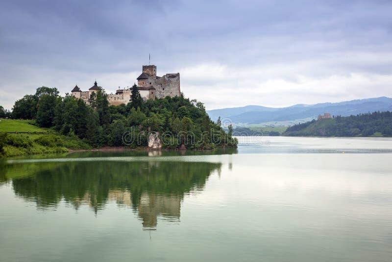 Château médiéval de Niedzica au lac Czorsztyn photographie stock
