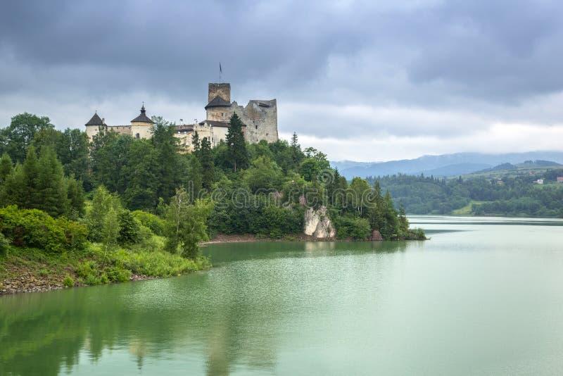 Château médiéval de Niedzica au lac Czorsztyn photo stock