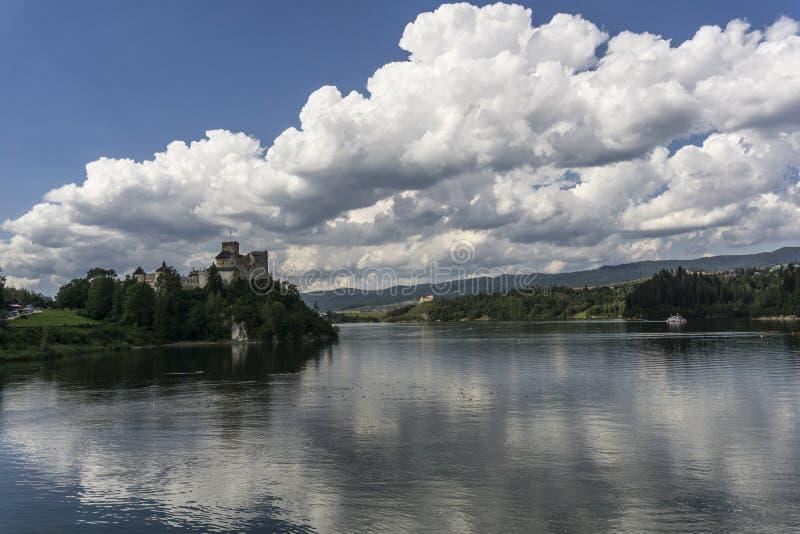 Château médiéval de Niedzica au lac Czorsztyn image libre de droits