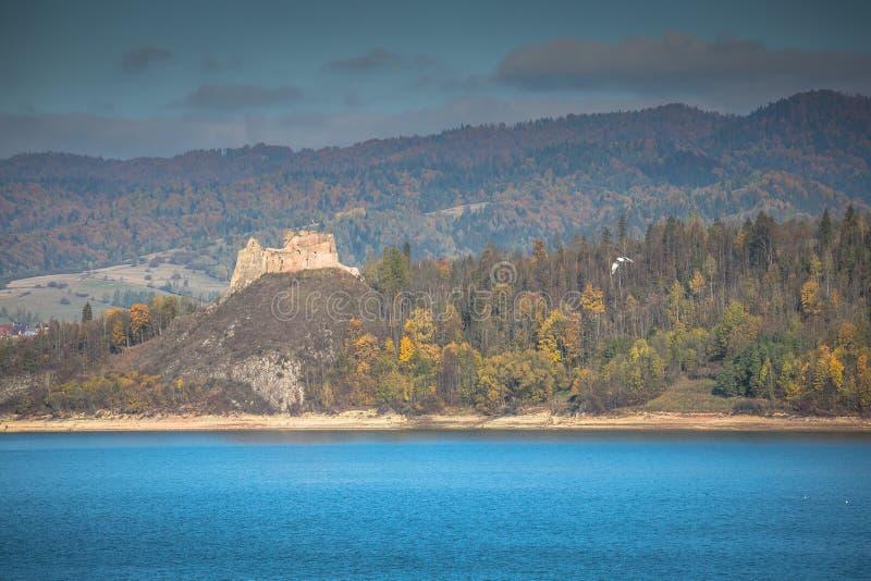 Château médiéval de Niedzica au lac Czorsztyn en Pologne photographie stock
