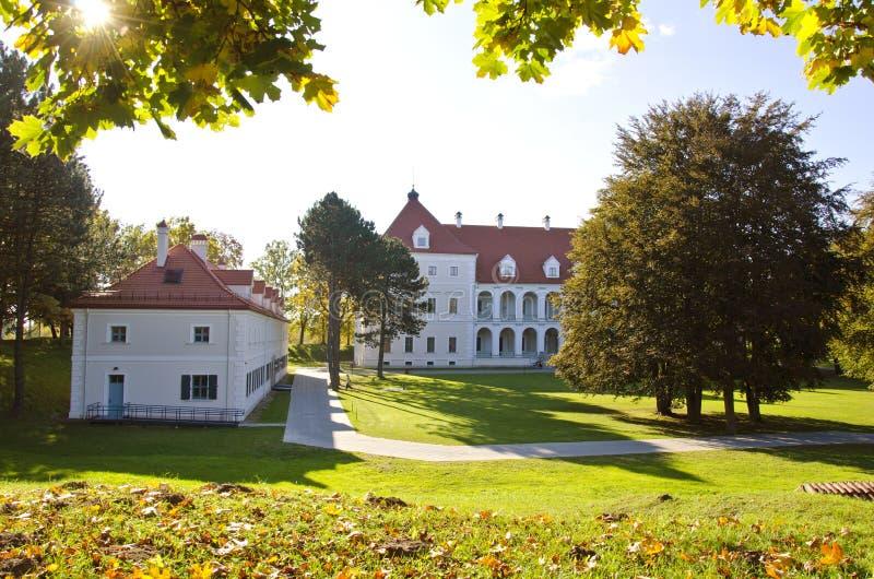Château médiéval historique lithuanien Birzai en automne photos stock