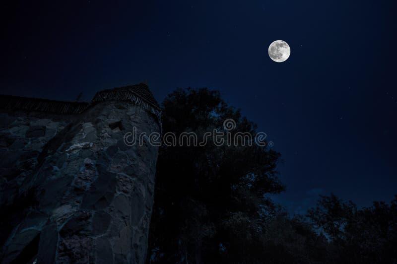 Château médiéval mystérieux dans une nuit Azerbaïdjan de pleine lune images libres de droits