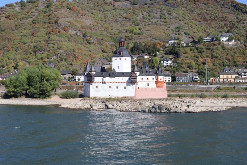 Château médiéval Pfalzgrafenstein se reposant au milieu de la rivière le Rhin image libre de droits