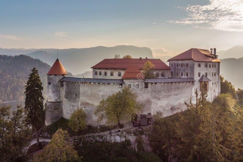 Château médiéval sur le lac Bled en Slovénie en automne images libres de droits
