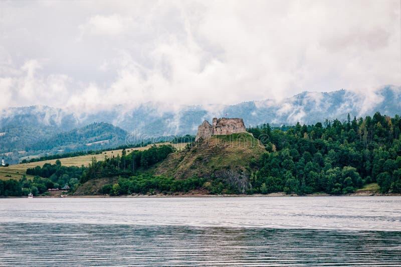 Château médiéval sur le lac Czorsztyn Belle nature Niedzica, Pologne photos stock