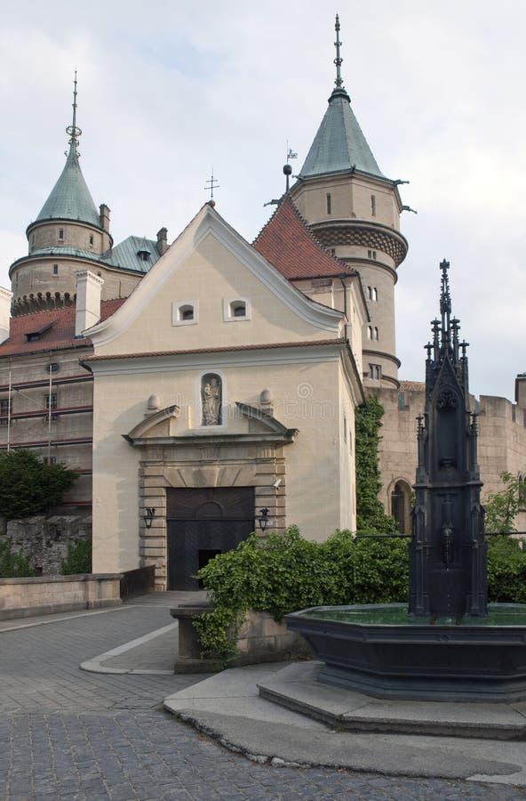 Château magnifique Bojnice avec la fontaine dans le premier plan photos libres de droits