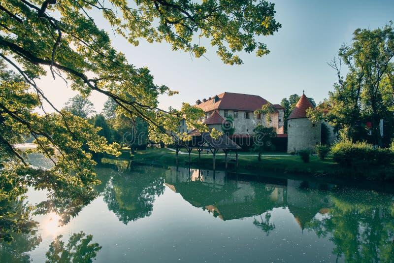 Château Otocec près de la rivière Krka photo stock
