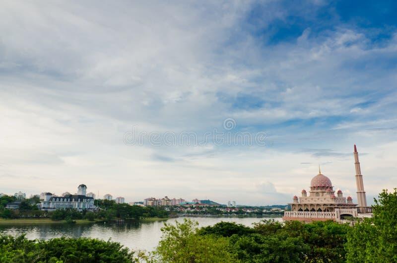 Château par le bord de lac et la mosquée de Putra photos stock